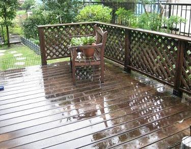 ウッドデッキに雨