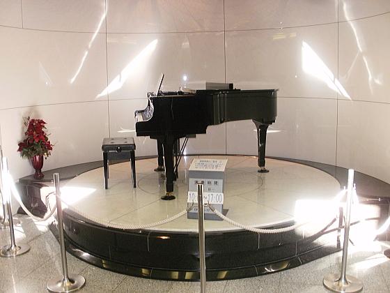 道の駅フォーレスト276大滝のトイレ前にある自動演奏ピアノです。