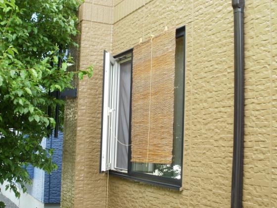 窓にもスダレをつけました。