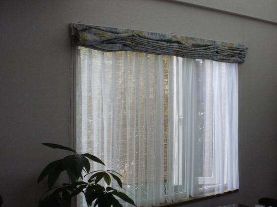 家の中からスダレ付きの窓を見ています。