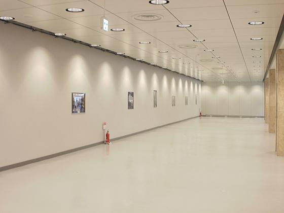 新しくできた北洋銀行ビルの地下の様子です。お洒落ですね。