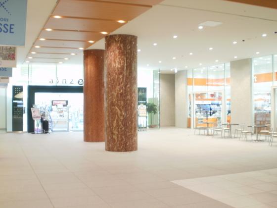 新しくできた北洋銀行ビルの地下の様子です。エレガントですね。