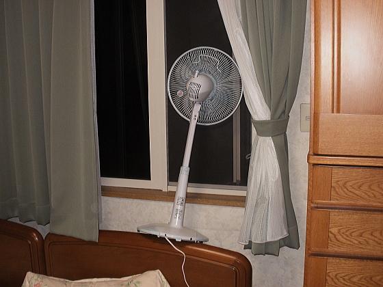 扇風機を屋外に向けて、部屋の温度を下げます。