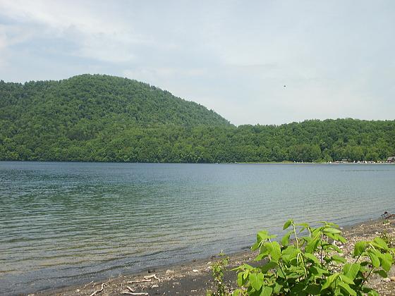 波一つ無い鏡のような支笏湖の湖面です。