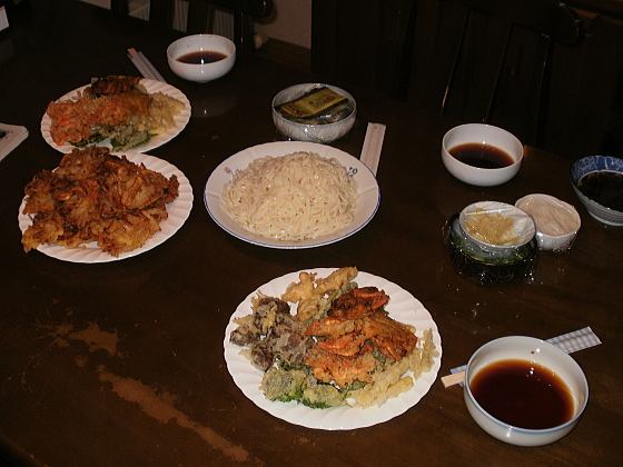 テーブルには天婦羅や冷やしウドンが並べられています。