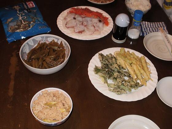 今晩はタケノコご飯、フキの油炒め、ウドとタケノコの天婦羅と山菜尽くしです