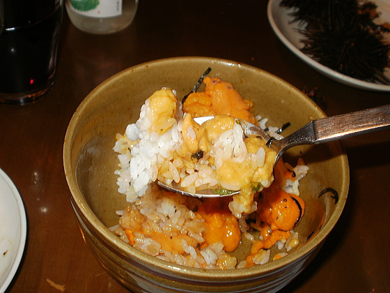 ウニ丼はナマラ美味しいですよ。食べ方が汚くてごめんなさい