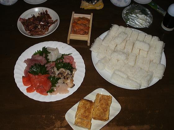 夕食の食材を全部並べたら、こんな感じです。