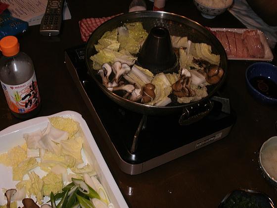 まず、シャブシャブ鍋で野菜を煮込みます。