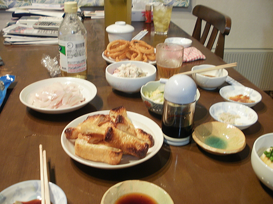 食卓には美味しい料理が並んでいます。