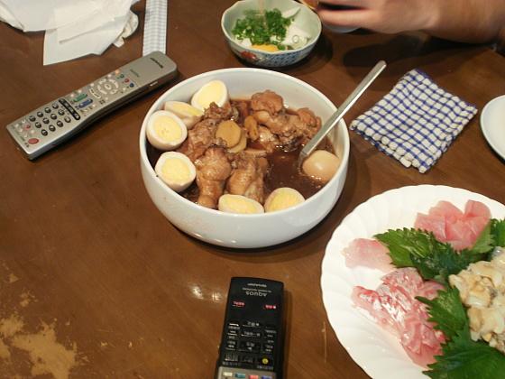 鶏肉とゆで卵の甘辛煮です。