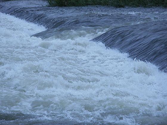 普段は穏やかな水面も今は、濁流となっています。