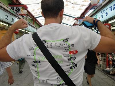 山手線のTシャツを着る外国人観光客