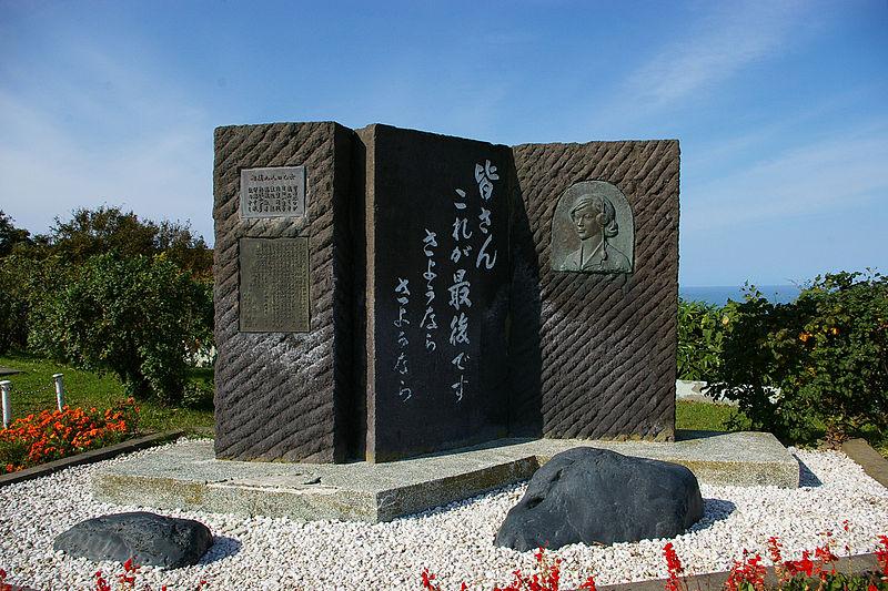 800px-Nine_maidens_monument.jpg