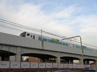 高架を走る特急電車