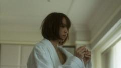 戸田恵梨香ガウンの胸チラ画像