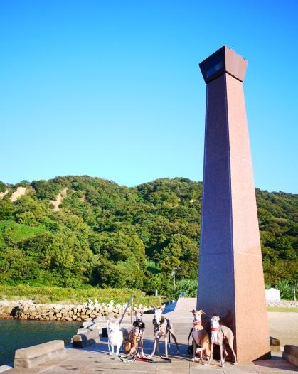 茶色のモニュメントは、灯台??