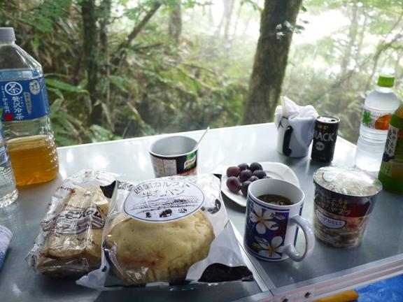 前の日は外で食べたんだけど、外に放り出してあった椅子がびしょびしょだったので、テント内で朝ごはん。