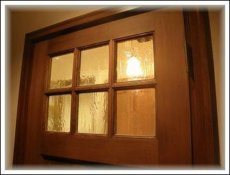 夜の玄関ドアアップ