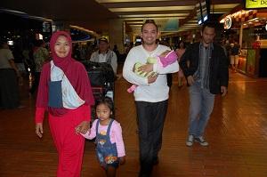 1. ディディ君とジャカルタの空港に迎えに来た家族