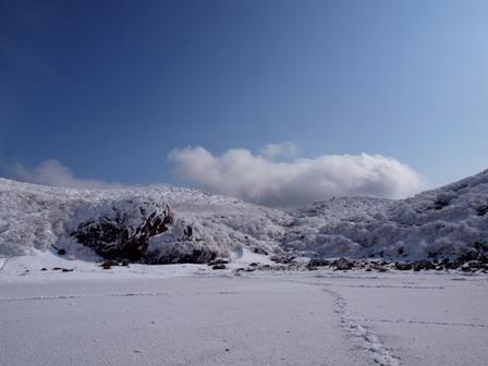 御池の氷上から避難小屋方面P1032728
