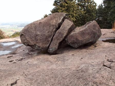 石舞台上の石三つ割りP2193030