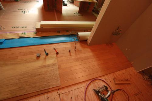 床貼り08