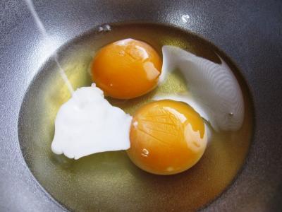 1.卵2個にコーヒーフレッシュを入れたところ・・・