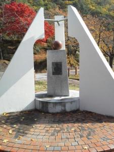 6リンゴの唄石碑②