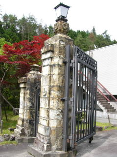 菊の御紋の門柱