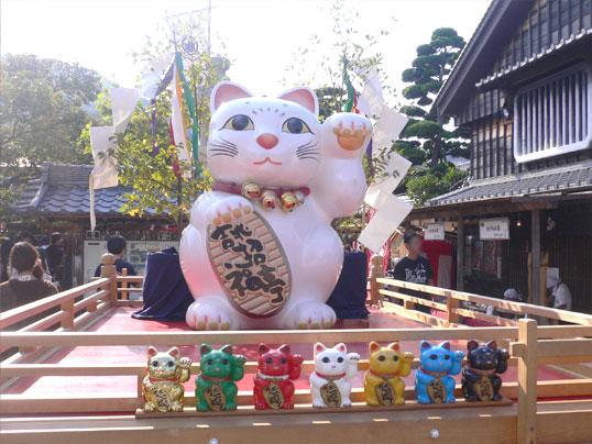 おかげ横丁_招き猫ずらり.jpg