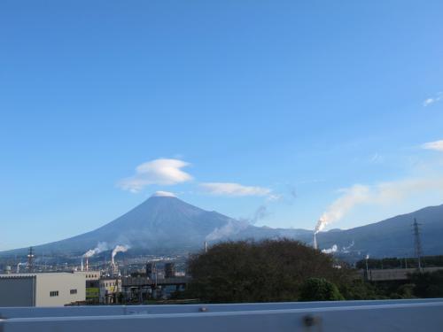 富士山とつるし雲と煙突