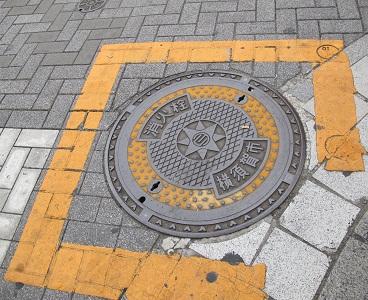 横須賀市どぶ板通り 消火栓マンホール