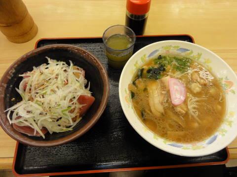 かつお丼と海鮮ラーメン(見本写真とぜんぜんちゃうやん・・・)