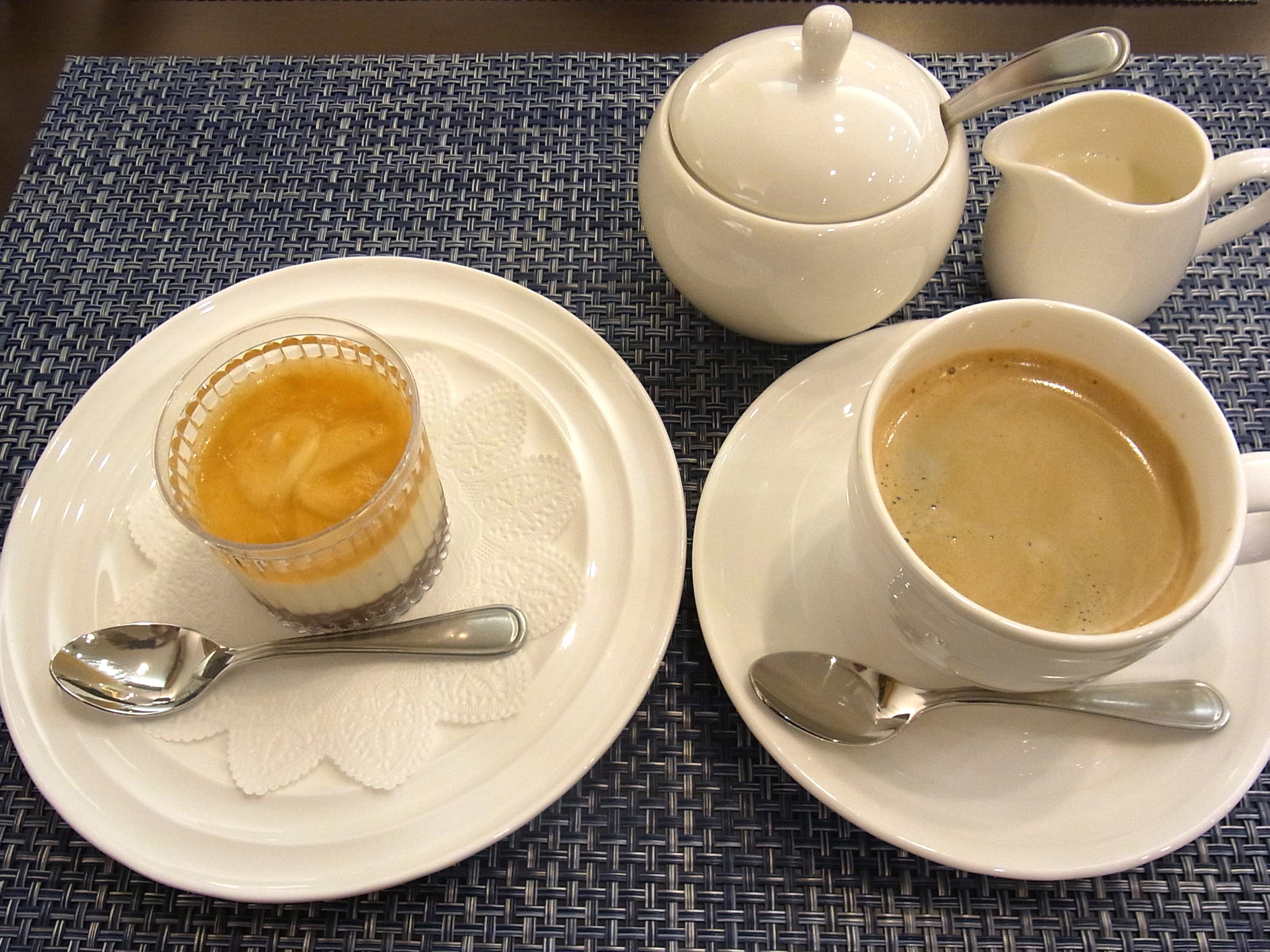 CHOICEVeganチーズのレアチーズケーキとコーヒー