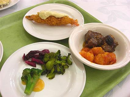 函館 湯の川温泉 湯の浜ホテル 夕食バイキング(豚の角煮、エビチリ、おしんこ)