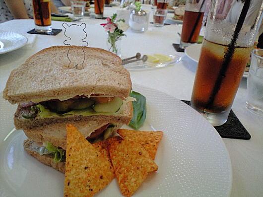 メインはライ麦パンのサンドイッチ♪