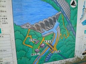 ダムの周辺には記念碑なんかがあります