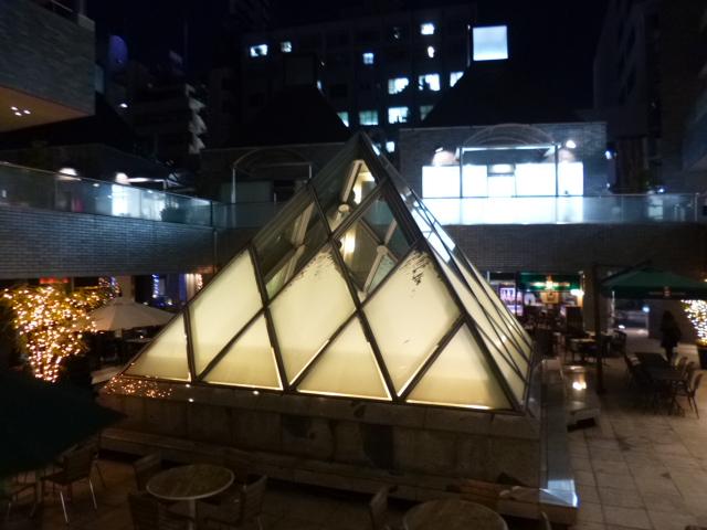 中庭には光のピラミッドが鎮座しています