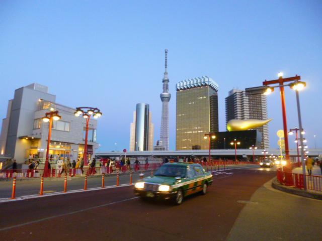 東京メトロ浅草駅から地上に上がるとこんな感じに見えるんです