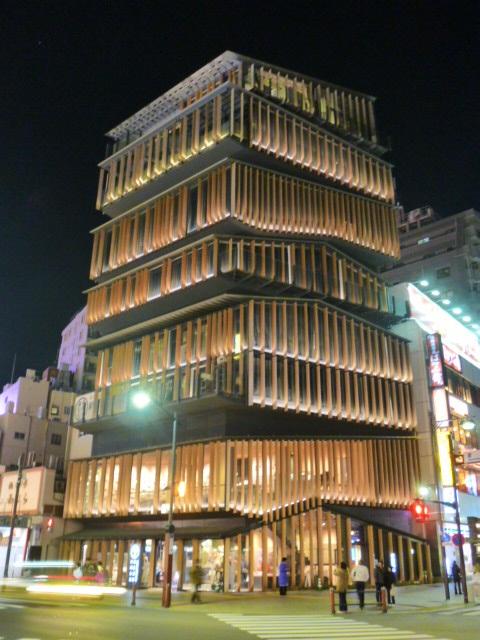 平屋の日本家屋を積み上げたみたいな建物
