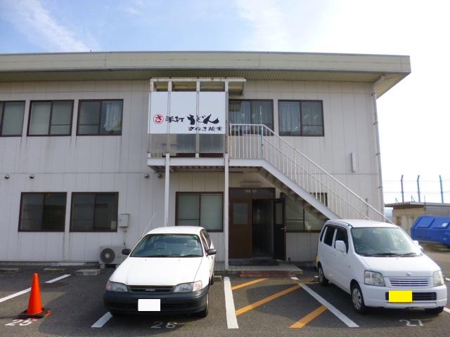 空港ビルの左側にある小さな建物にあります
