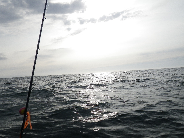 荒れた海と夕日