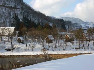 川向こうから眺めた民家園