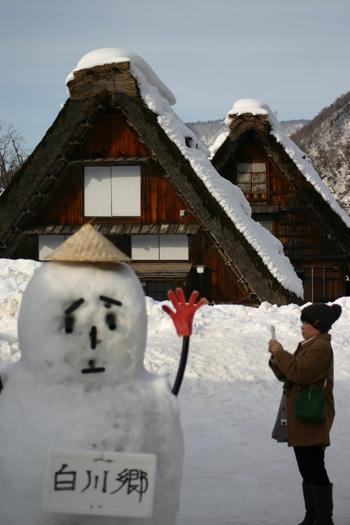 毎年近所の方が雪像をつくってくれます感謝