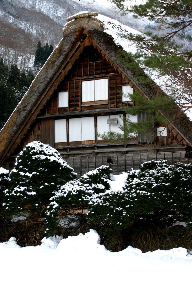 本格的に迎える寒い季節! コタツで温まるのもいいですが、、、 今年の冬はご家族やお友達、大切な方と 体の芯からじっくり温まる当館自慢の温泉で のんびり、湯ったりと  ②
