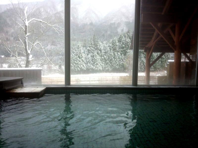 本格的に迎える寒い季節! コタツで温まるのもいいですが、、、 今年の冬はご家族やお友達、大切な方と 体の芯からじっくり温まる当館自慢の温泉で のんびり、湯ったりと  ⑥
