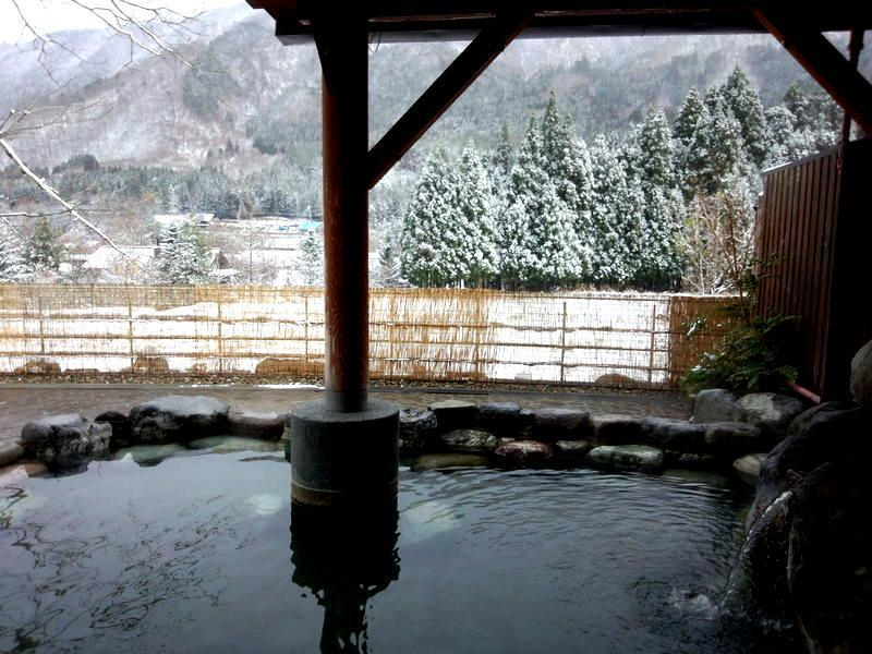 本格的に迎える寒い季節! コタツで温まるのもいいですが、、、 今年の冬はご家族やお友達、大切な方と 体の芯からじっくり温まる当館自慢の温泉で のんびり、湯ったりと  ⑦