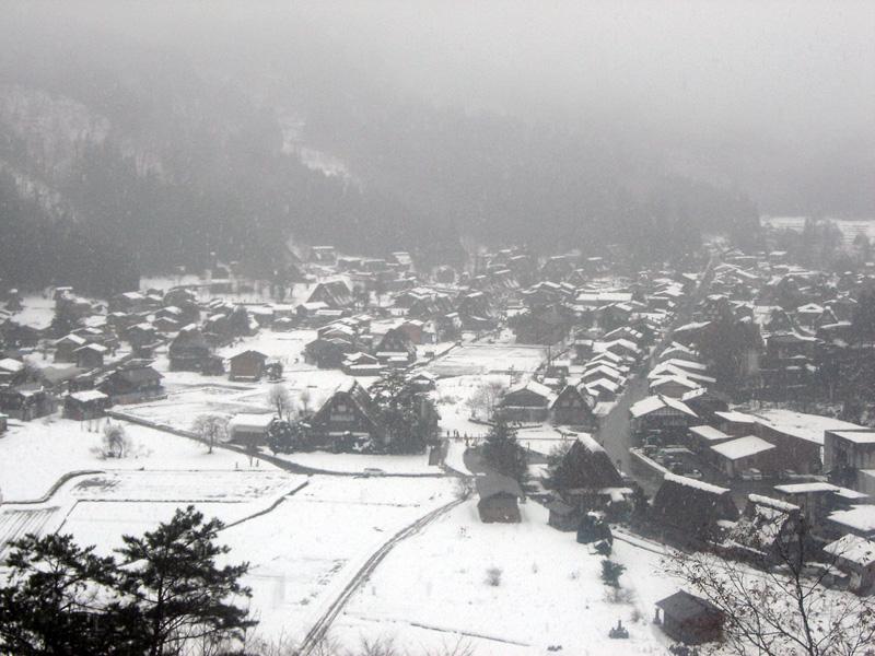 世界文化遺産の白川郷合掌造り集落は真っ白に雪化粧 ②