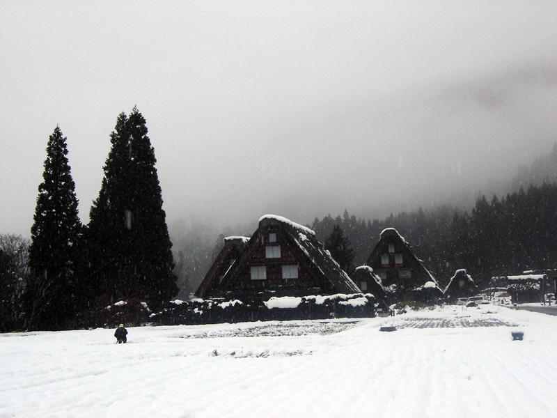 世界文化遺産の白川郷合掌造り集落は真っ白に雪化粧 ③